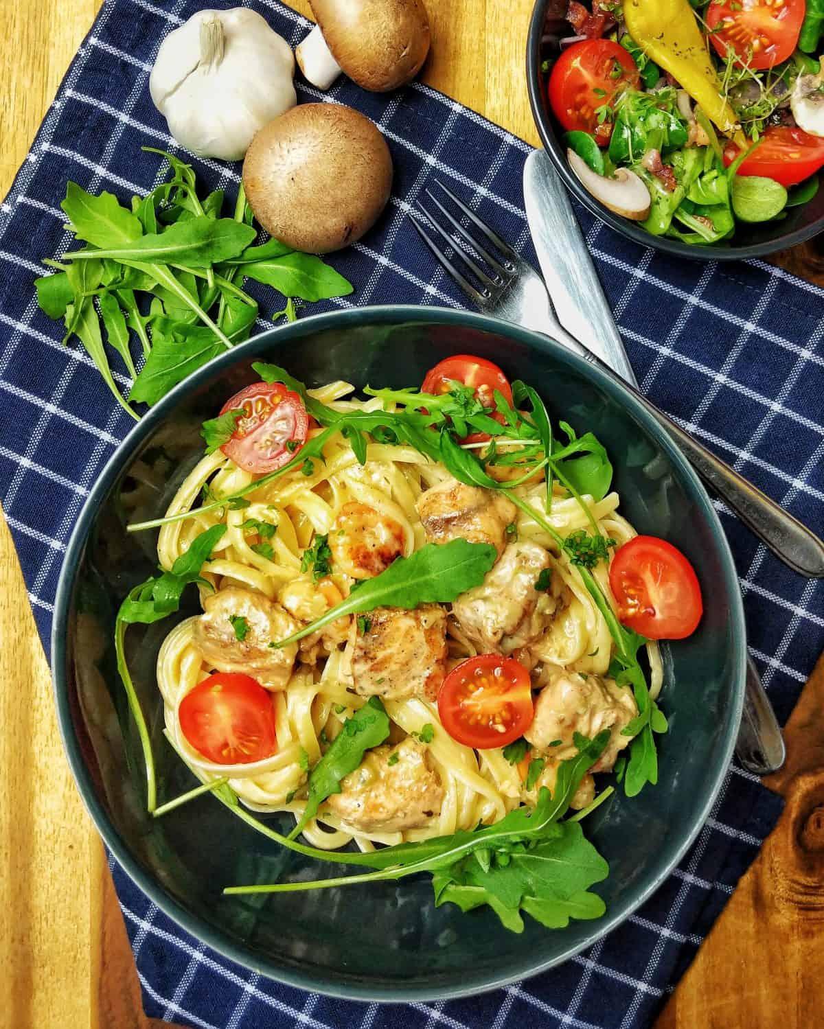 Tagliatelle mit Lachs und Scampi in Parmesan-Rahmsoße
