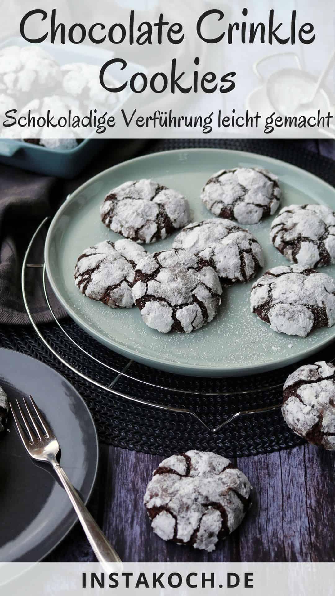 Mehrere Teller mit chocolate crinkle cookies. Zusätzlich Deko.