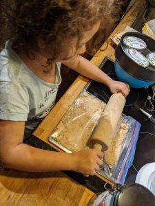 Butterkekse mit einem Nudelholz zerkleinern