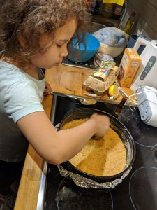 Der Keksboden wird in der Springform festgedrückt