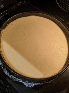 Der New York Cheesecake backt im Ofen in einem Wasserbad