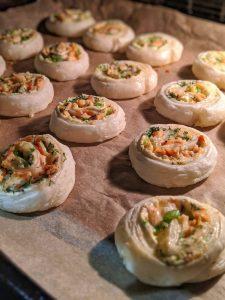 Die Blaetterteigschnecken beim backen im Ofen