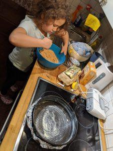 Die Keksbodenmischung wird angerührt