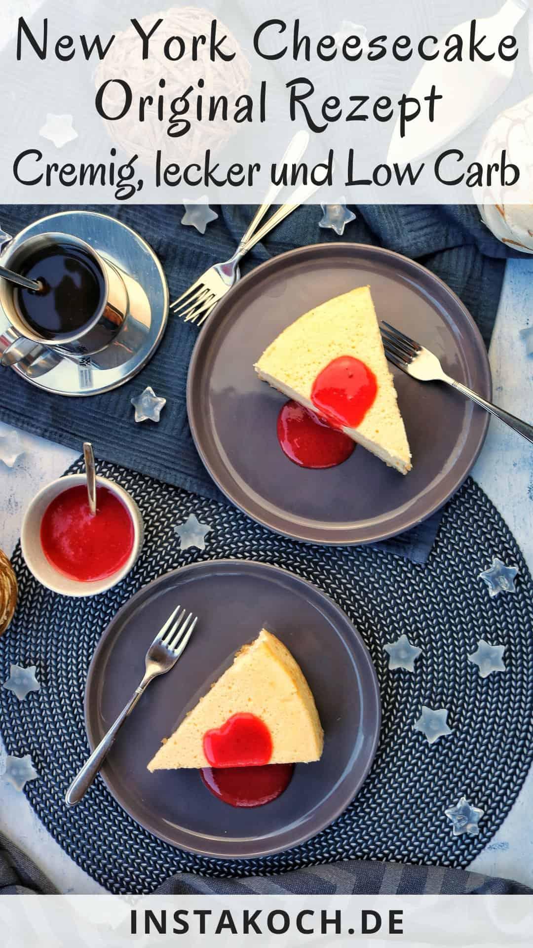 Zwei Teller mit New York Cheesecake mit Fruchtsoße. Daneben Deko Artikel