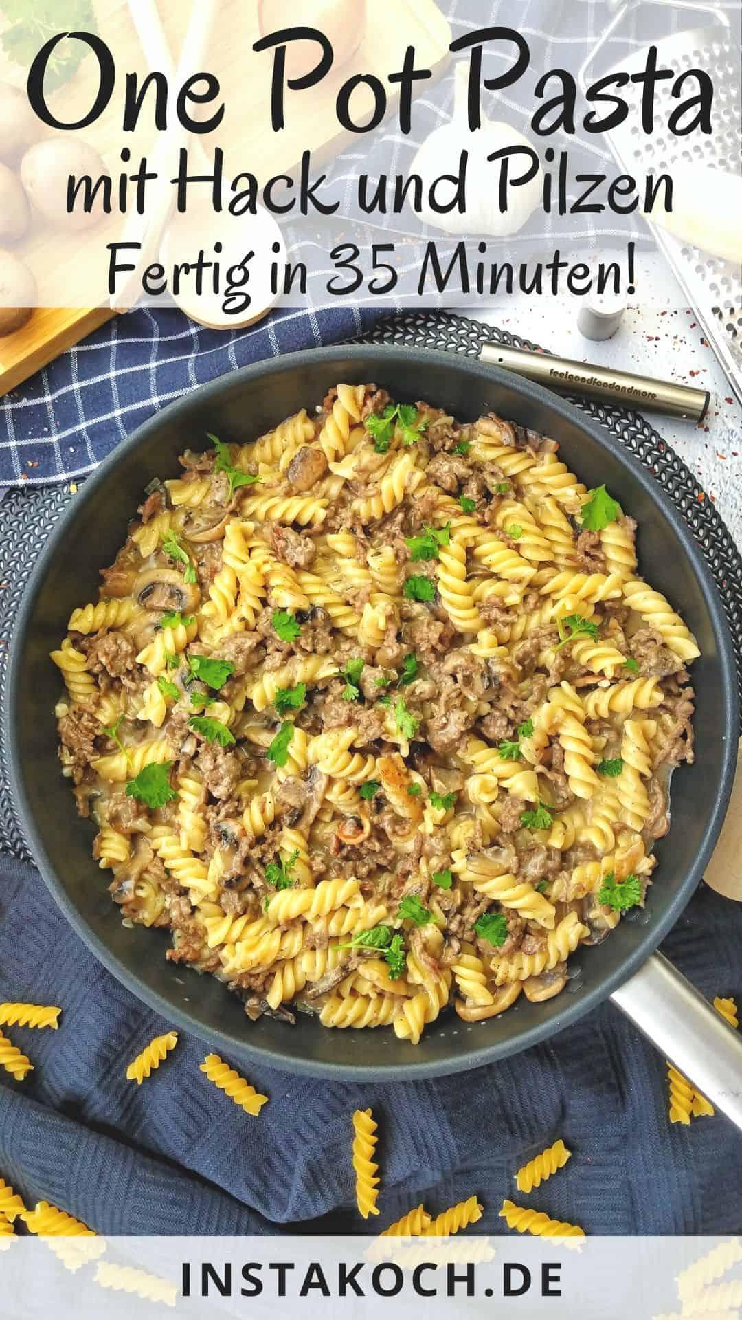 Eine Pfanne mit One Pot Pasta mit Hackfleisch und Champignons . Aussen herum Deko.