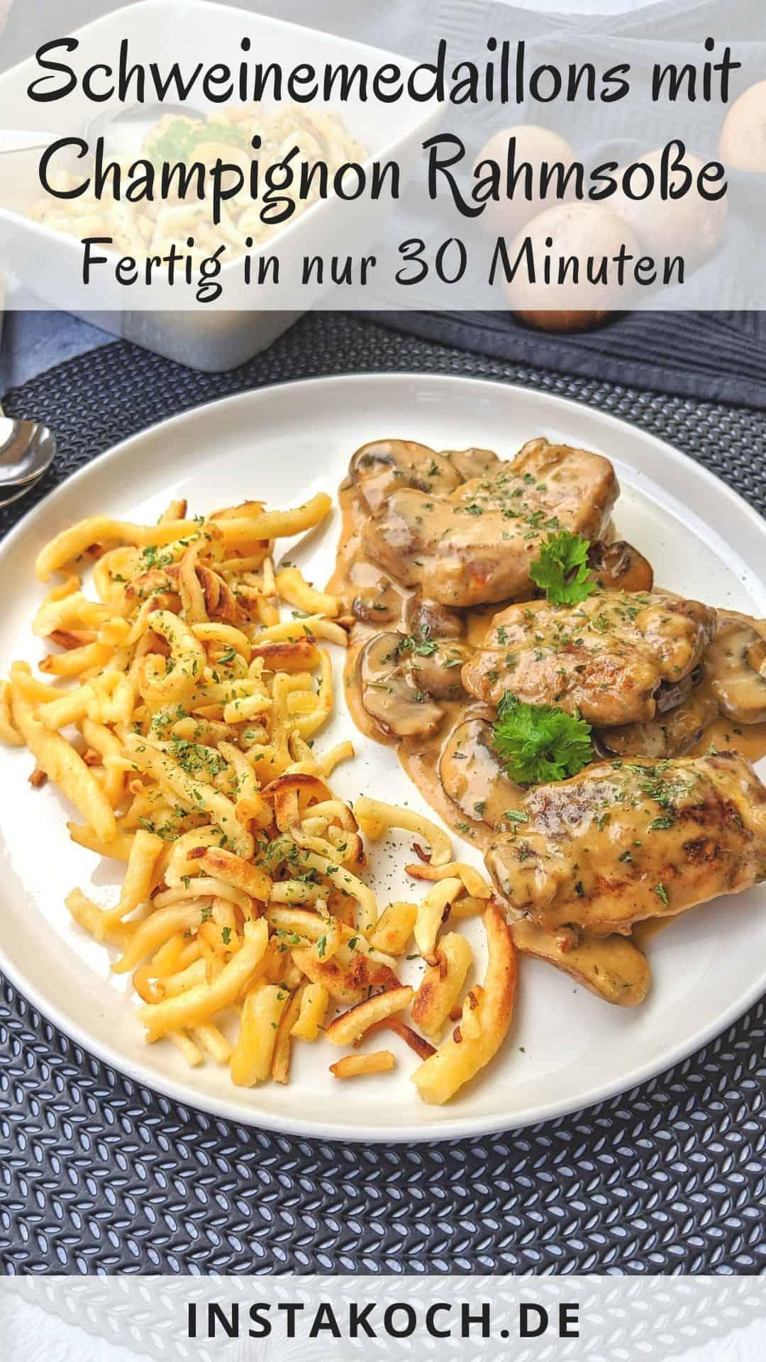 Ein weisser Teller Schweinemedaillons mit Champignon Rahmsoße mit Spätzle. Dahinter eine Schale mit Spätzle und Deko.