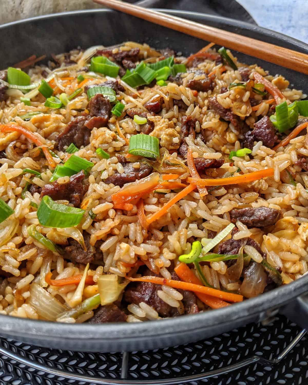 Chop Suey mit Rind und Reis in einer Pfanne.