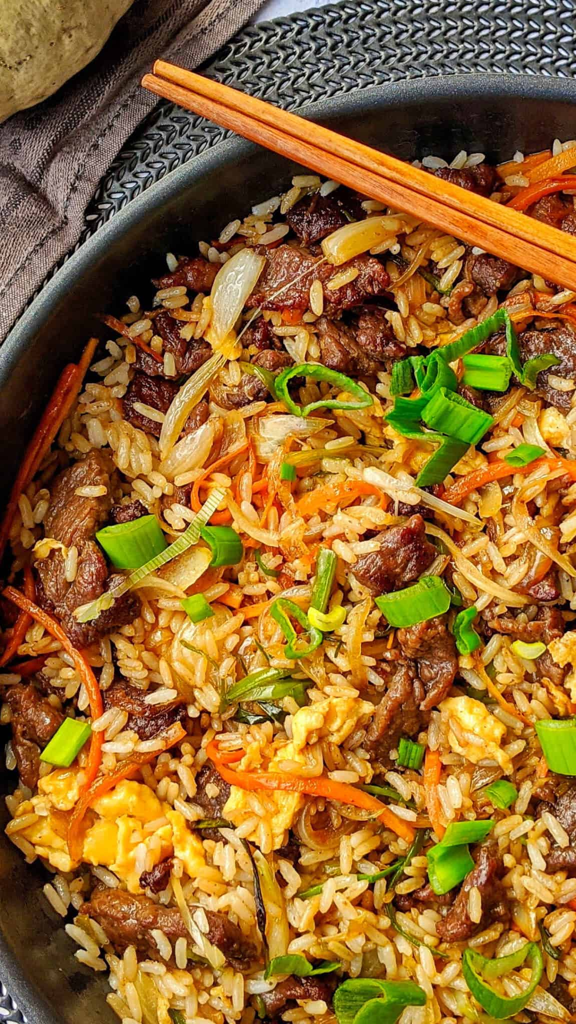 Eine Nahaufnahme einer Pfanne mit Chop Suey mit Rind und Reis.