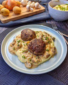 Frikadellen mit Kartoffelpüree und Pilzrahmsoße
