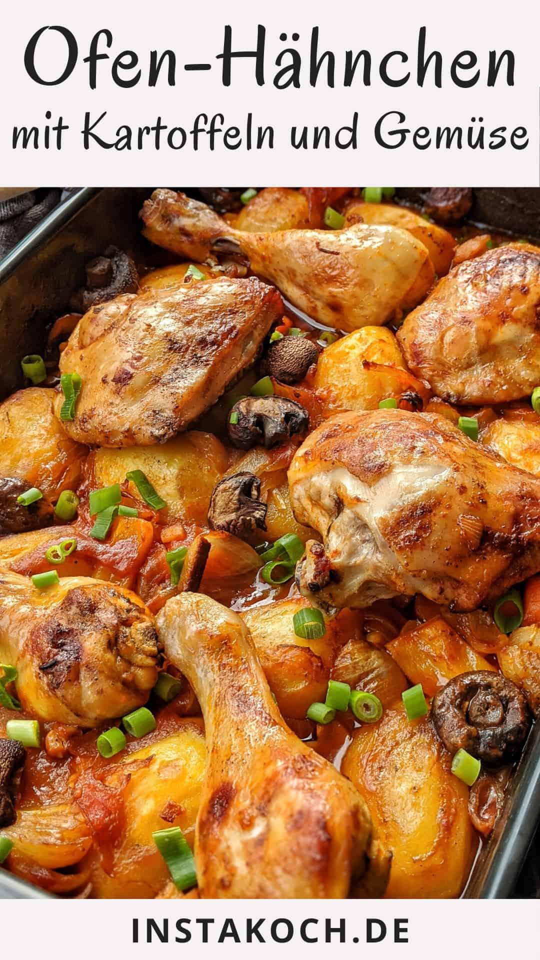 Eine Auflaufform mit Ofen-Hähnchen mit Kartoffeln und Gemüse in Tomatensoße
