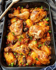 Ofen-Hähnchen mit Kartoffeln und Gemüse in Tomatensoße