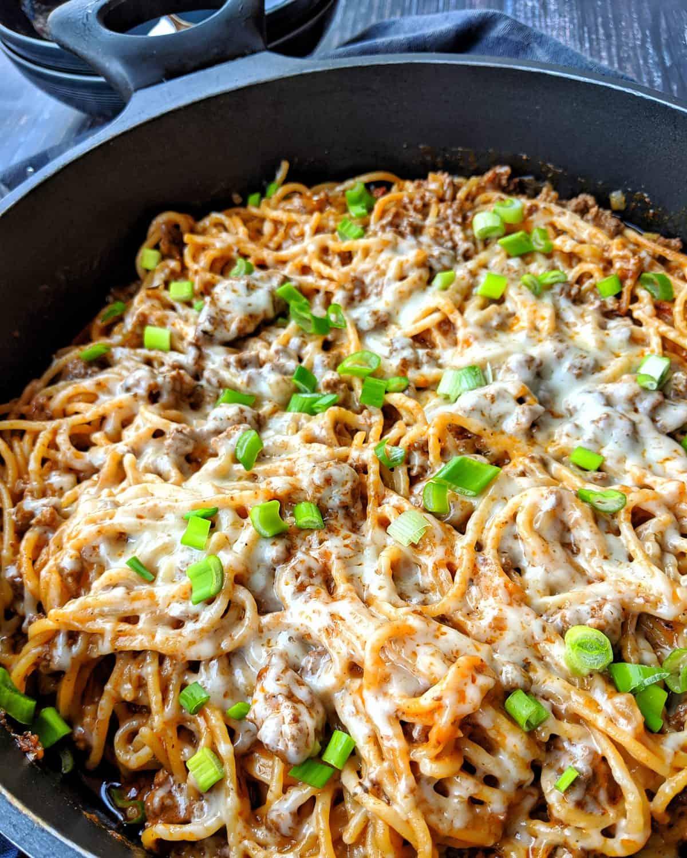 Eine dunkle Pfanne mit dem one pot Spaghetti Gericht.