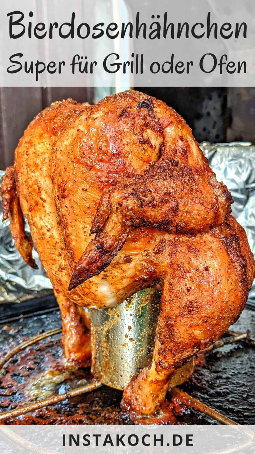 Ein gegrilltes Hähnchen auf einem Hähnchenhalter das auf einer Grillplatte steht.