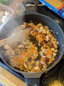 Gemüse wird in einer Pfanne angeschwitzt
