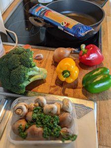 Zutaten für die One Pot Pasta auf einer Küchen Arbeitsplatte.