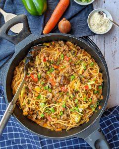 One Pot Pasta mit Brokkoli Champignons und Hackfleisch