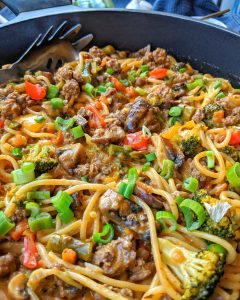 Nahaufnahme einer Pfanne mit der One pot pasta mit Brokkoli Champignons und Hackfleisch