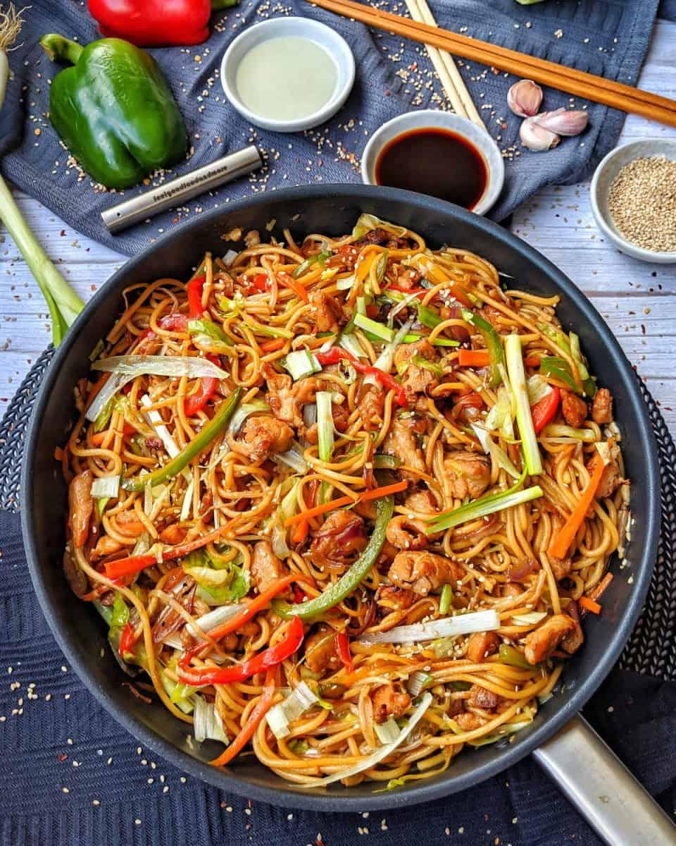 Hähnchen Chow Mein   Asiapfanne mit Gemüse und gebratenen Nudeln