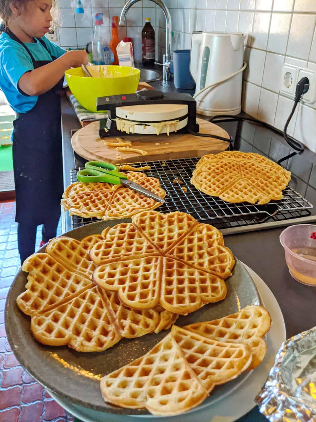 Die Zubereitung der Waffeln in der Küche
