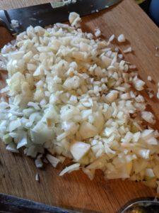 Geschnittene Zwiebel auf einem Schneidebrett