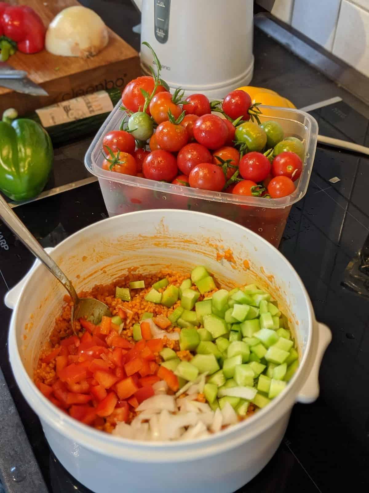 Die Zubereitung von Bulgursalat in einer Schüssel.