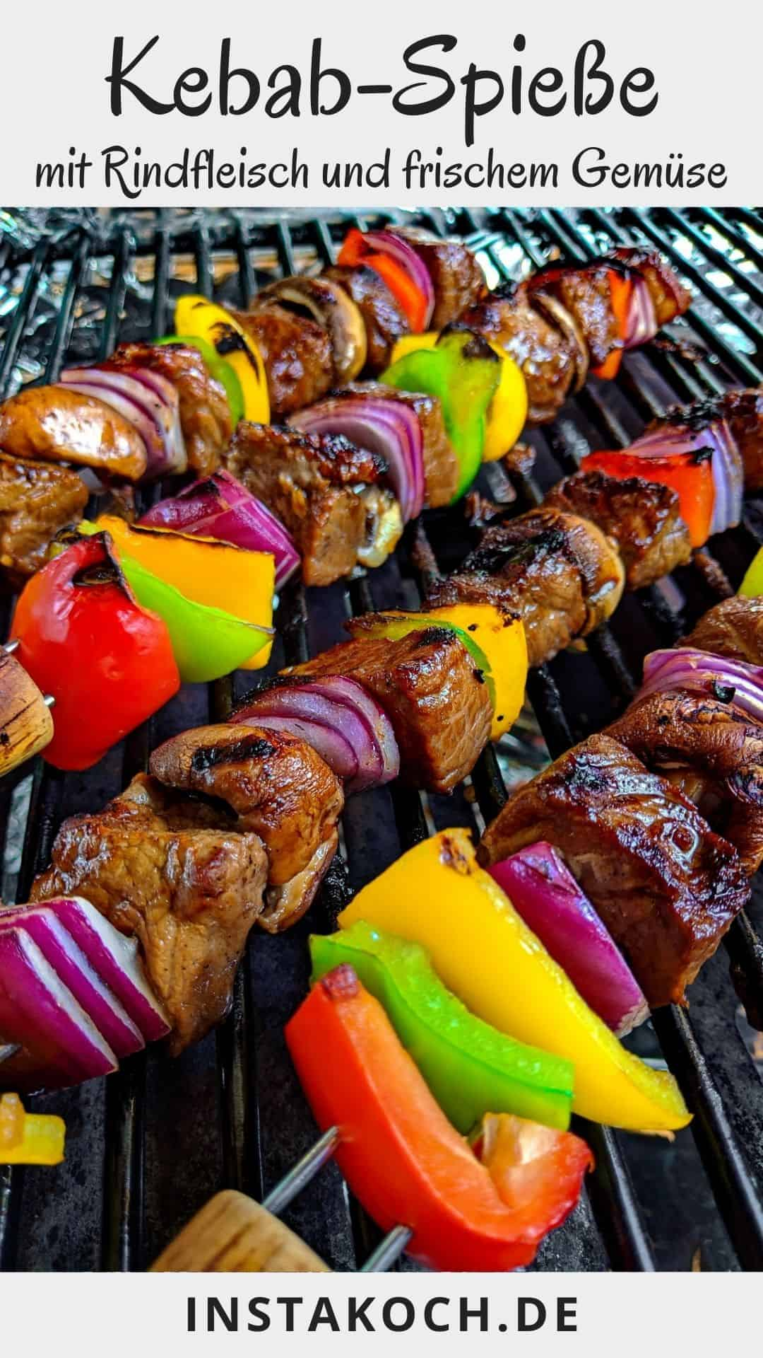 4 Kebab Spiesse auf einem Grillrost.