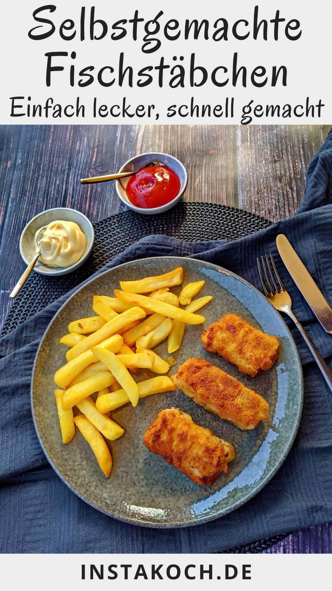 Ein grauer Teller mit selbstgemachten Fischstäbchen und Pommes. Darüber ein Schälchen mit Mayonnaise und ein Schälchen mit Ketchup.